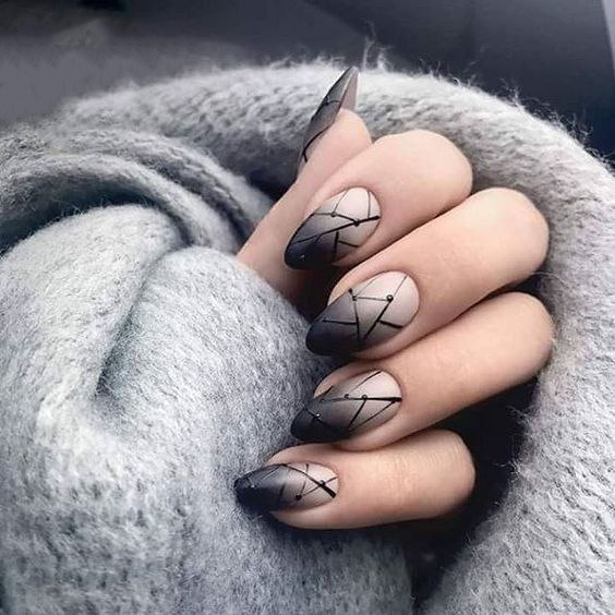 Дымчатый маникюр с интересным геометрическим рисунком на ногтях формы миндаль.