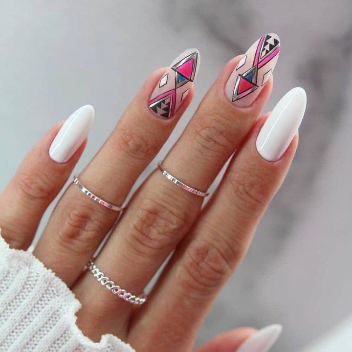 Интересная геометрия на миндалевидных ногтях с белым гель лаком.