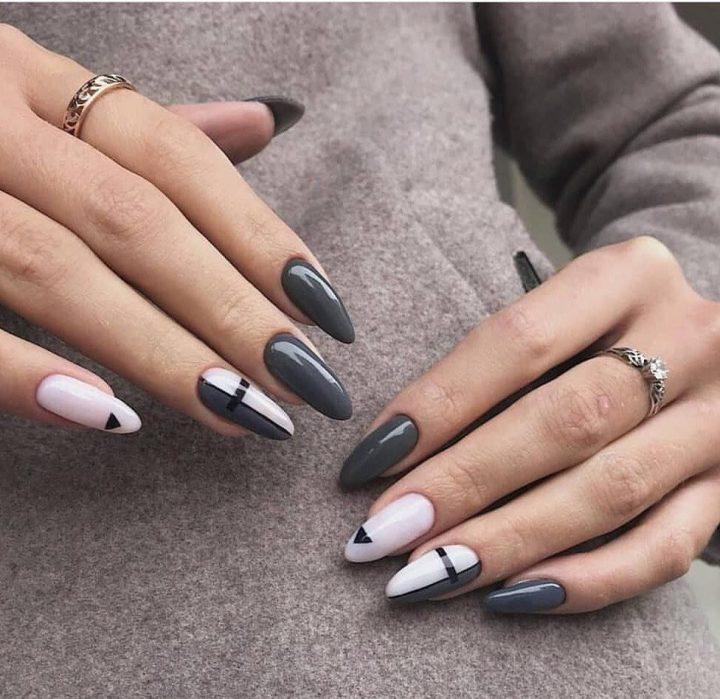 Серый гель лак и белый гель лак с рисунком геометрия на удлиненных ногтях.