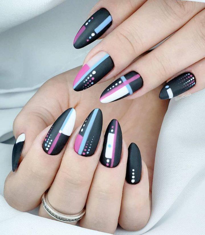 Черные ногти матовые с рисунком геометрия точки, линии.