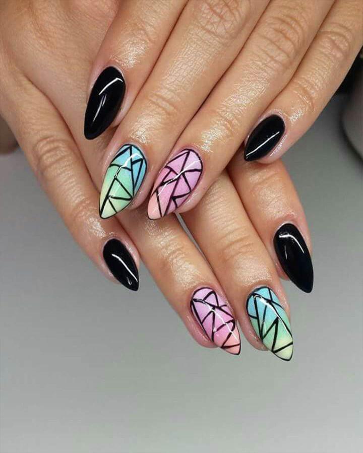 Яркие ногти в технике градиент и геометрия.