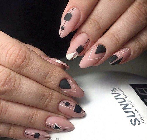 Оригинальный маникюр в нюдовых тонах с арнаментом на всех ногтях, черные квадраты, треугольники.