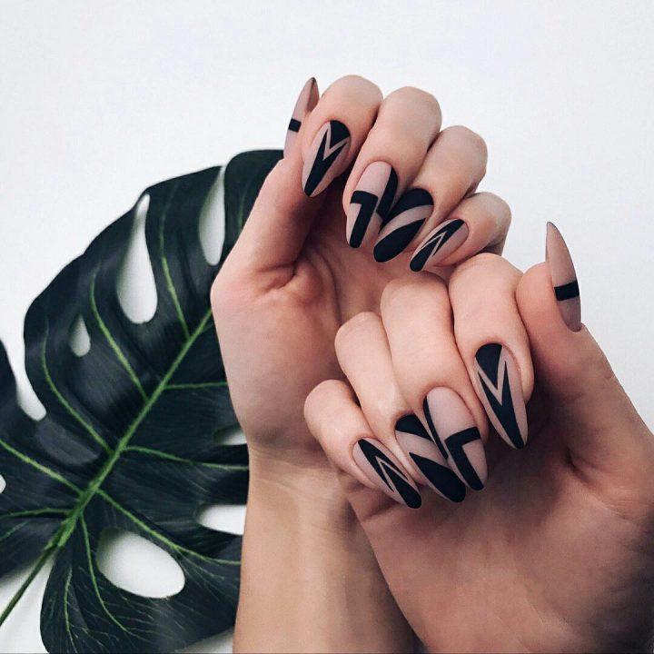 Необычный маникюр геометрия на ногтях миндальной формы.