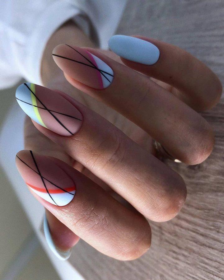 Модный маникюр в матовых тонах с геометрией на ногтях.