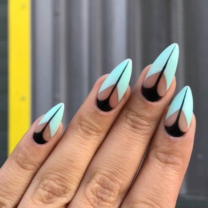 Оригинальный маникюр в стиле геометрия на всех ногтях в голубых и черных цветах.