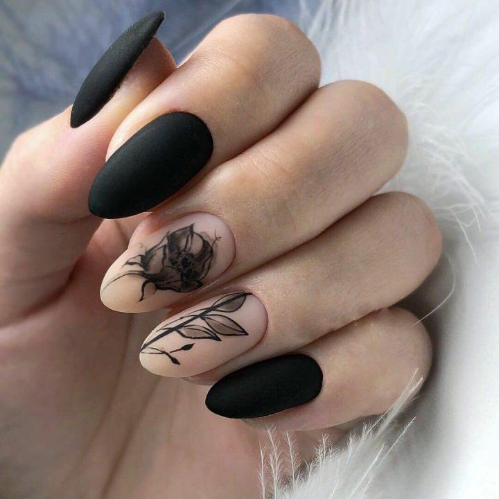 Черные матовые ногти с красивым черным рисунком цветов.