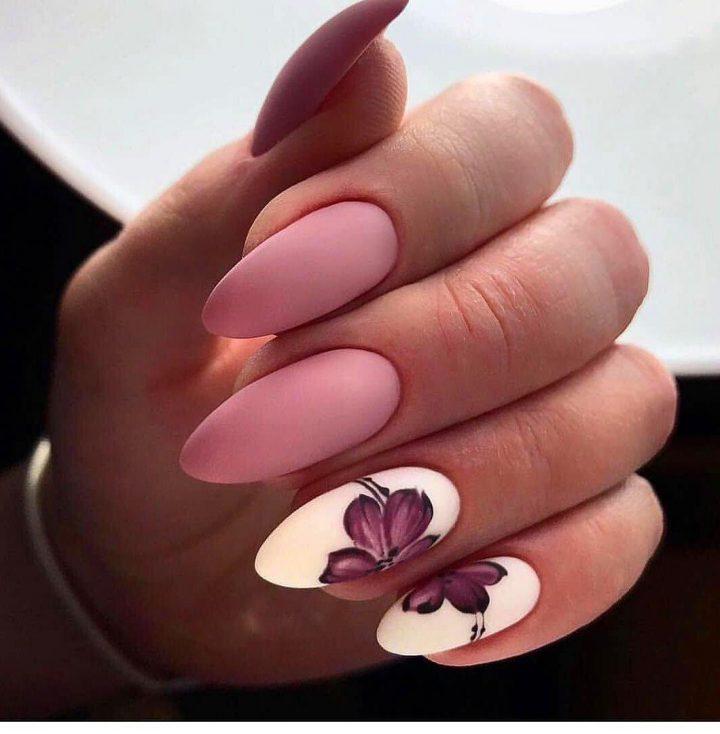 Матовый розовый маникюр с красивым сиреневым цветком на двух матовых белых ногтях.