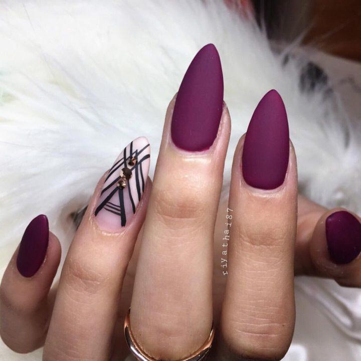 Эффектный бордовый матовый маникюр на острых миндалевидных ногтях .