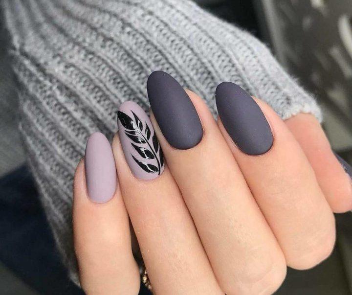 Серый матовый маникюр с рисунком черная ветви на миндалевидных ногтях.