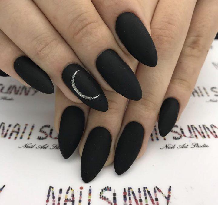 Черный матовый маникюр на острых ногтях с рисунком серебряная луна.