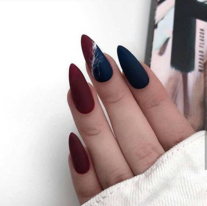 Острые ногти миндальной формы с матовым бордовым маникюром и черным.