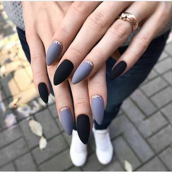Стильный матовый маникюр с серым и черным цветом.