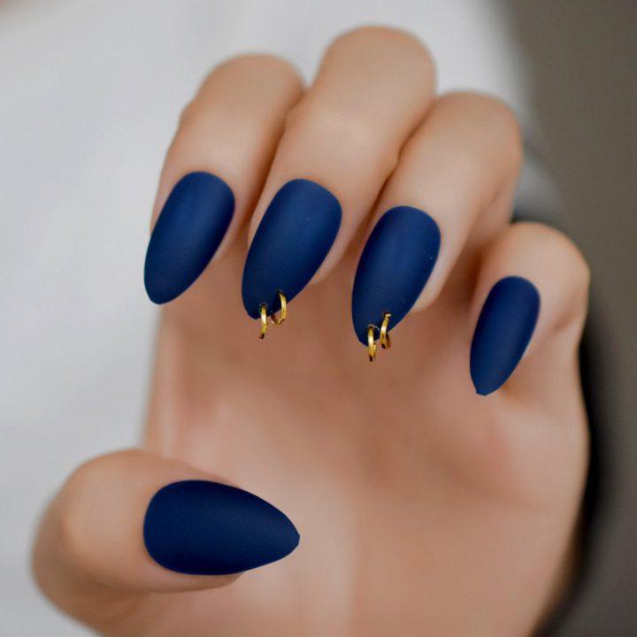 Маникюр темно-синий матовый с пирсингом.