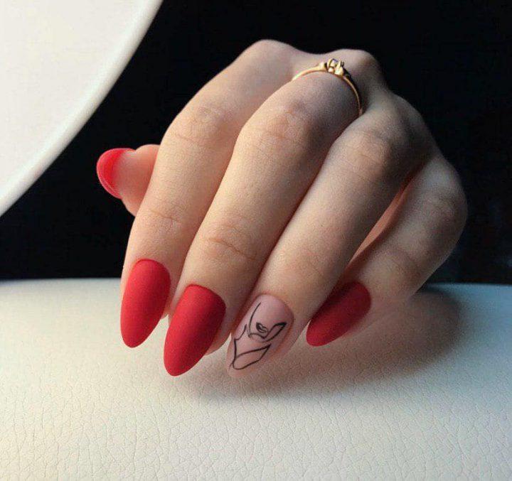 Красный матовый маникюр на красивых ногтях миндальной формы.