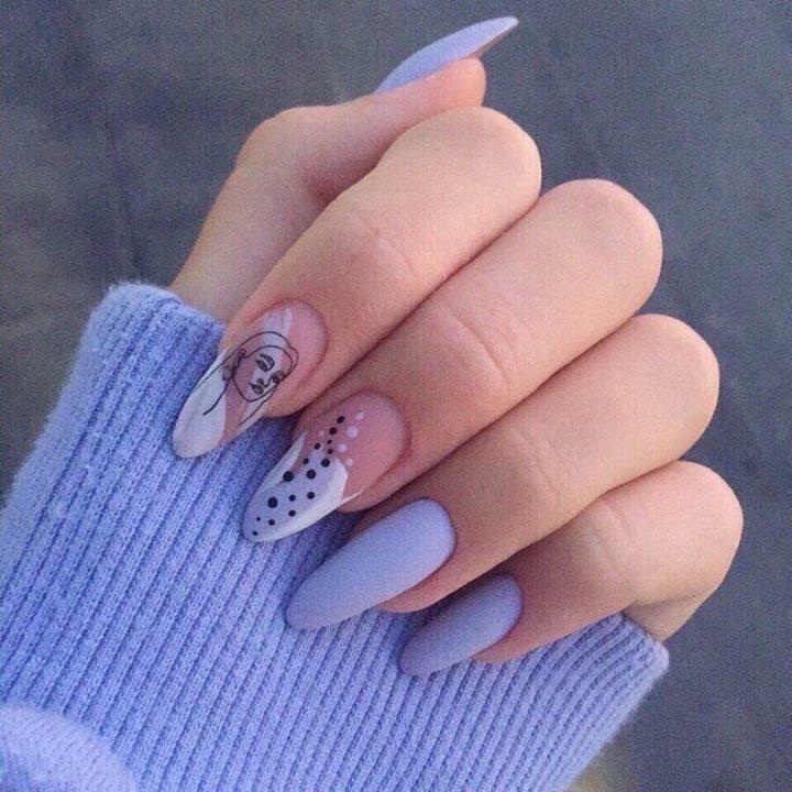 Голубой матовый маникюр на длинных миндалевидных ногтях с силуэтом и комбинированным рисунком.