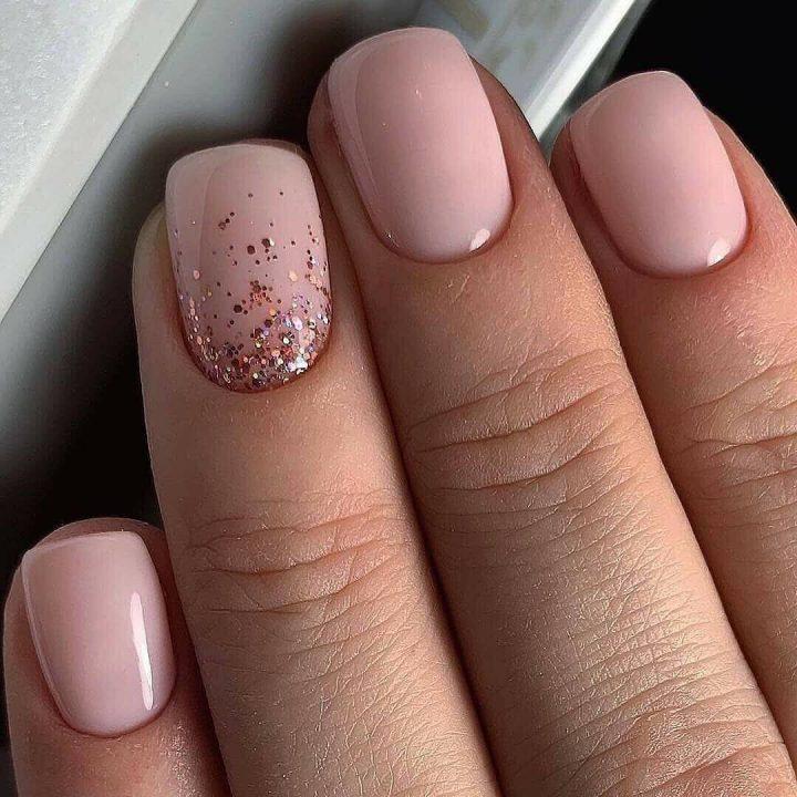 Выигрышно смотрятся розовые оттенки на коротких ногтях квадратной формы.