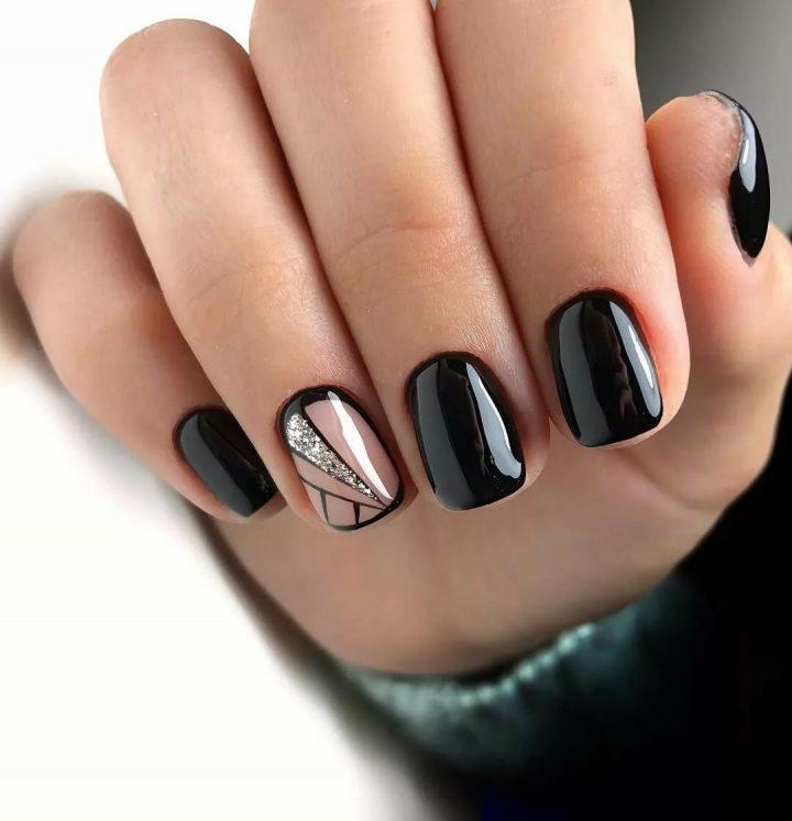 Черный маникюр эффектно смотрится на квадратных коротких ногтях.