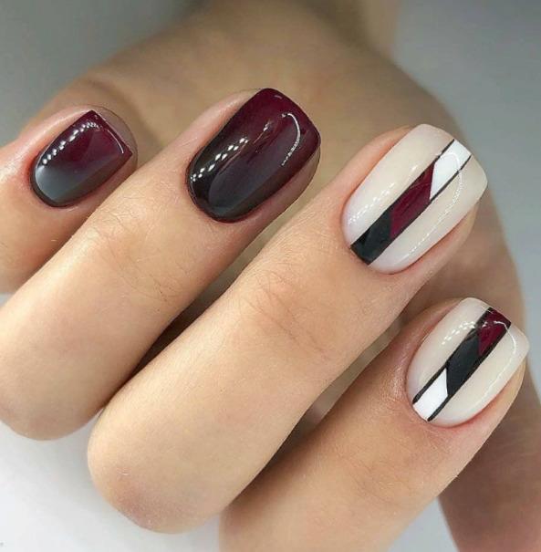 Маникюр бордового цвета на короткие квадратные ногти с красивым рисунком.