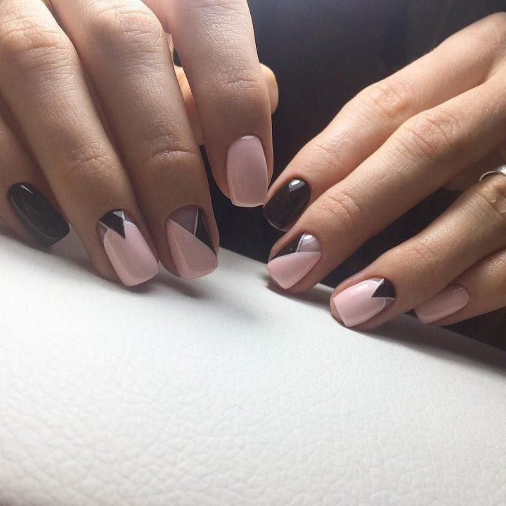 Женственный маникюр в бордовом и розовом цвете на коротких ногтях.