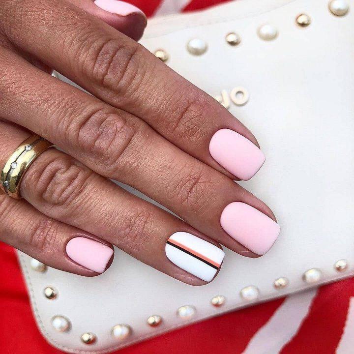 Светлый маникюр прекрасно сморится на коротких ногтях квадратной формы.