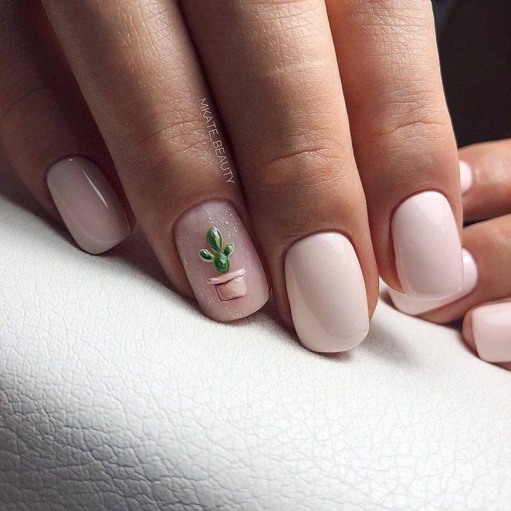 Нежный молочный цвет на коротких квадратных ногтях. Интересный рисунок кактуса на безымянном пальце.