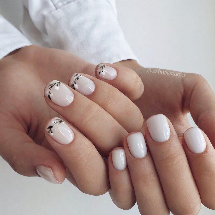 Маникюр молочного цвета с рисунком веточки на ногтях одной руки