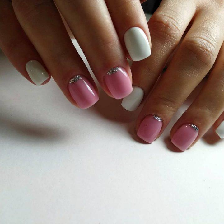 Маникюр в светло розовой гамме подойдет молодым девушкам.