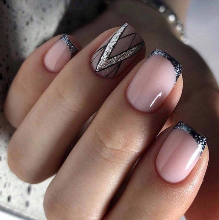 Маникюр в стиле нюд. Геометрия на коротких ногтях.