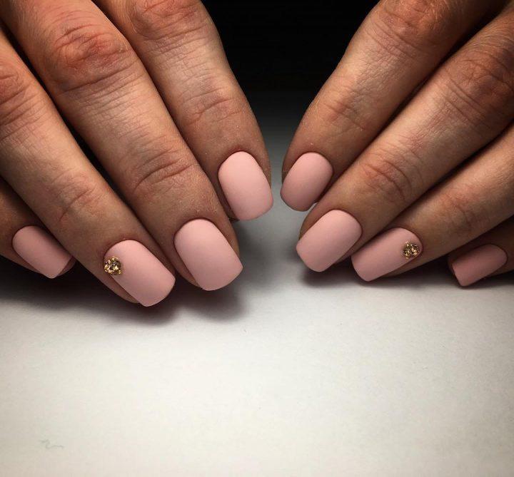 Розовый матовый маникюр очень красиво смотрится на коротких квадратных ногтях. Его можно дополнить стразами на одном или двух ногтях.