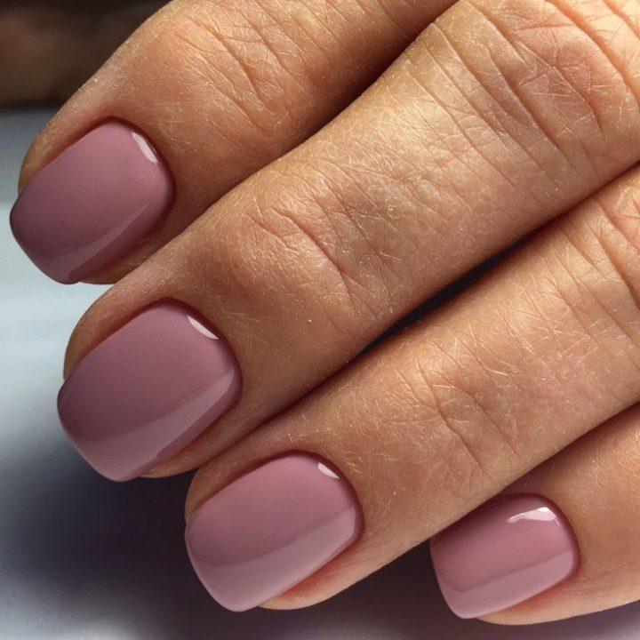 Маникюр в сиреневых тонах хорошо сочитается с ногтями мягкой квадратной формы.
