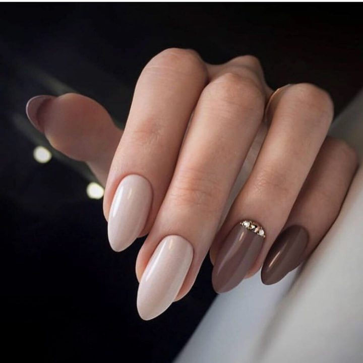 Маникюр в кофейно-молочных тонах с красивыми стразами на миндалевидных ногтях.