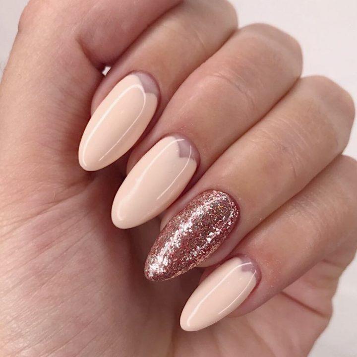 Лунный маникюр необычной формы на красивых миндальных ногтях.