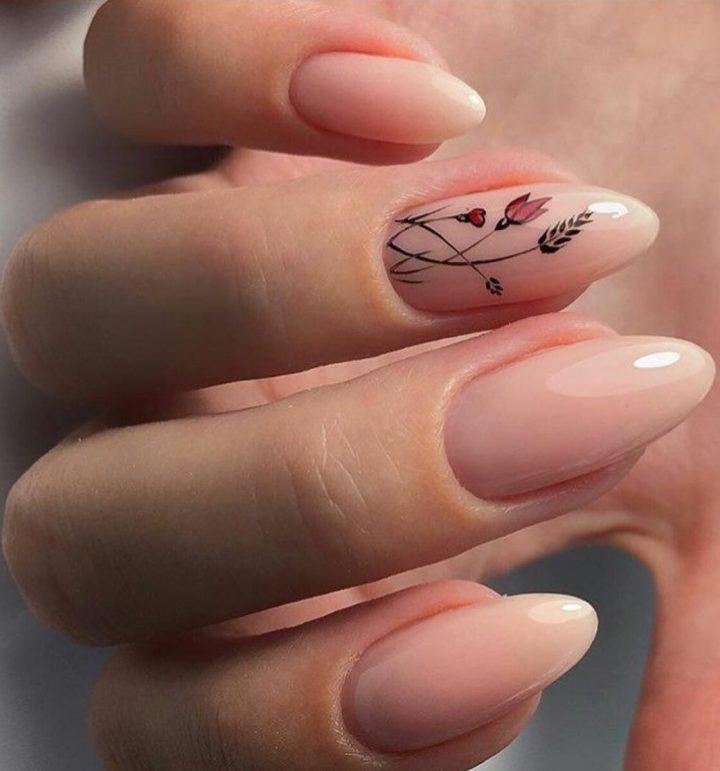 Телесный маникюр на длинных ногтях с красивым красно черным цветком.