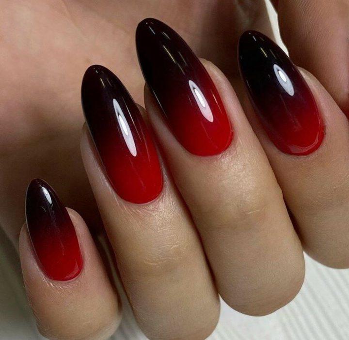 Бордово красный градиент на длинных миндальных ногтях отлично смотрятся в вечернем комплекте.