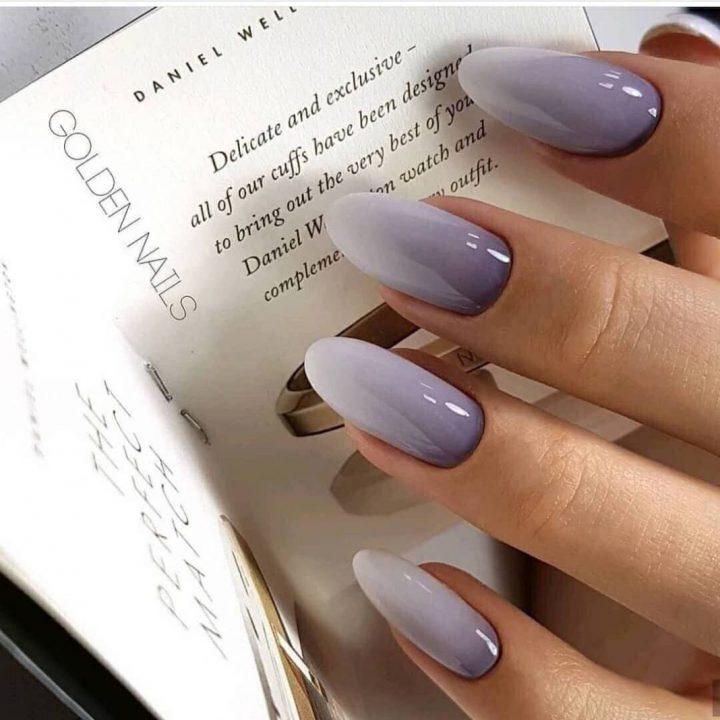 Плавный переход из темного в светлый серый на ногтях ввиде миндаля.
