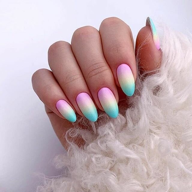 Радужный матовый градиент на оккуратных миндальной формы ногтях.