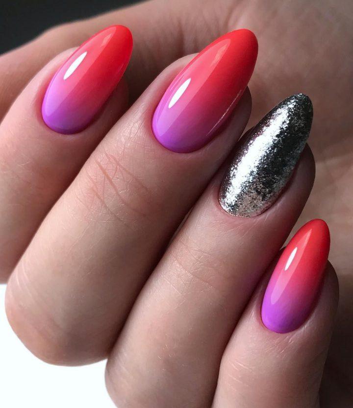 Яркий маникюр розовый, фиолетовый, и серебряные блестки.