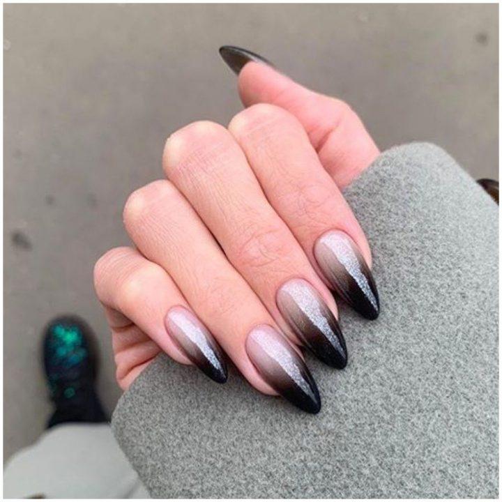 Маникюр омбре в черном цвете гель лак на длинные ногти.