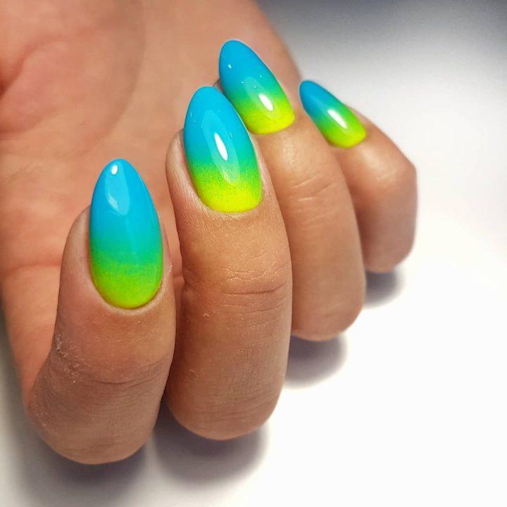 Сочный, кислотный маникюр на коротких миндалевидных ногтях.