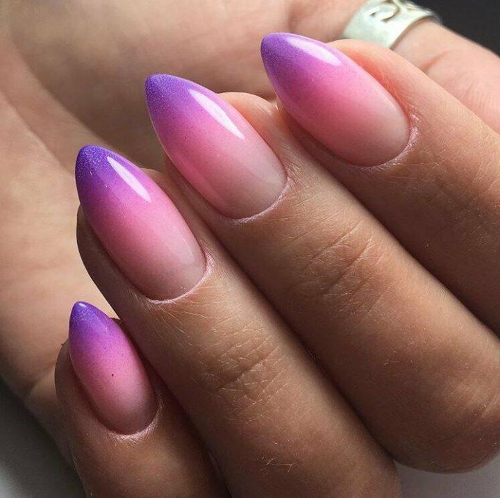 Короткие миндальной формы ногти в технике омбре переход от светлого к темному.