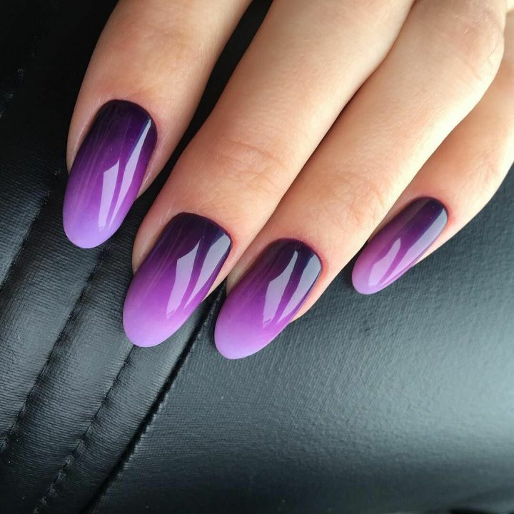 Ногти форма мягкий миндаль техника омбре переход от темного фиолетового к светлому.