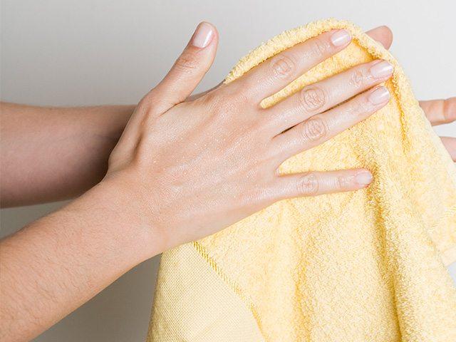чтобы избавиться от заусенцев на пальцах рук, следует насухо протирать их полотенцем