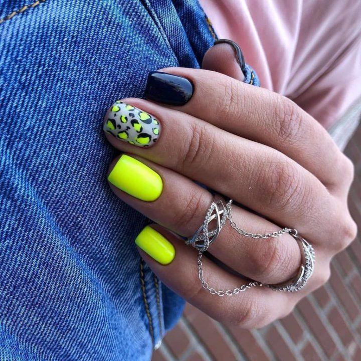 Яркий маникюр на короткие ногти с леопардовым принтом.