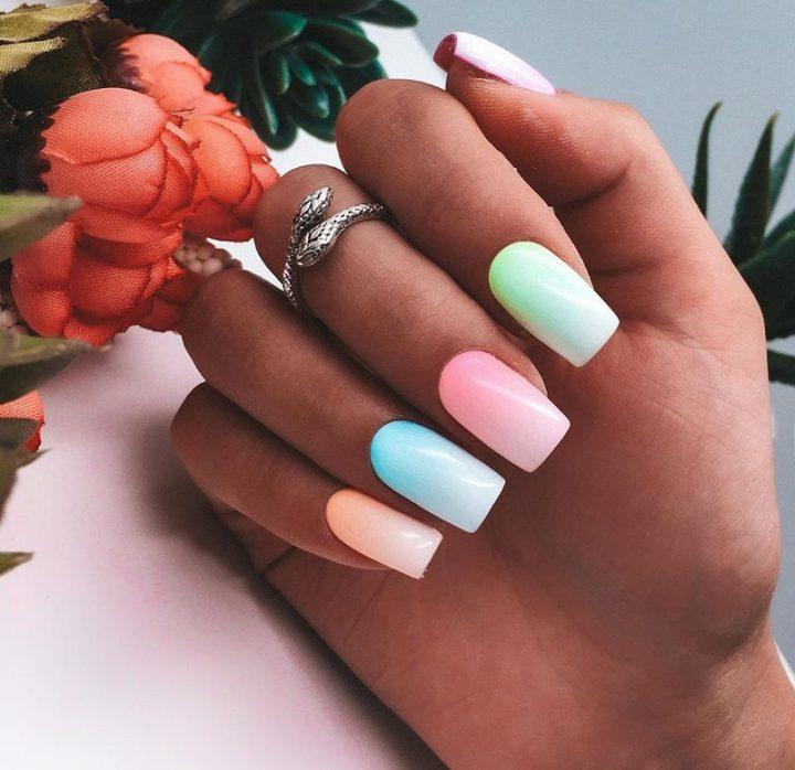 Разноцветный маникюр на красивых квадратных ногтях