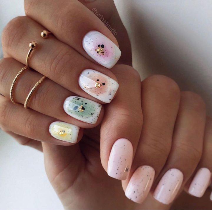Модный интересный маникюр приятных цветов на ногтях квадратной формы.