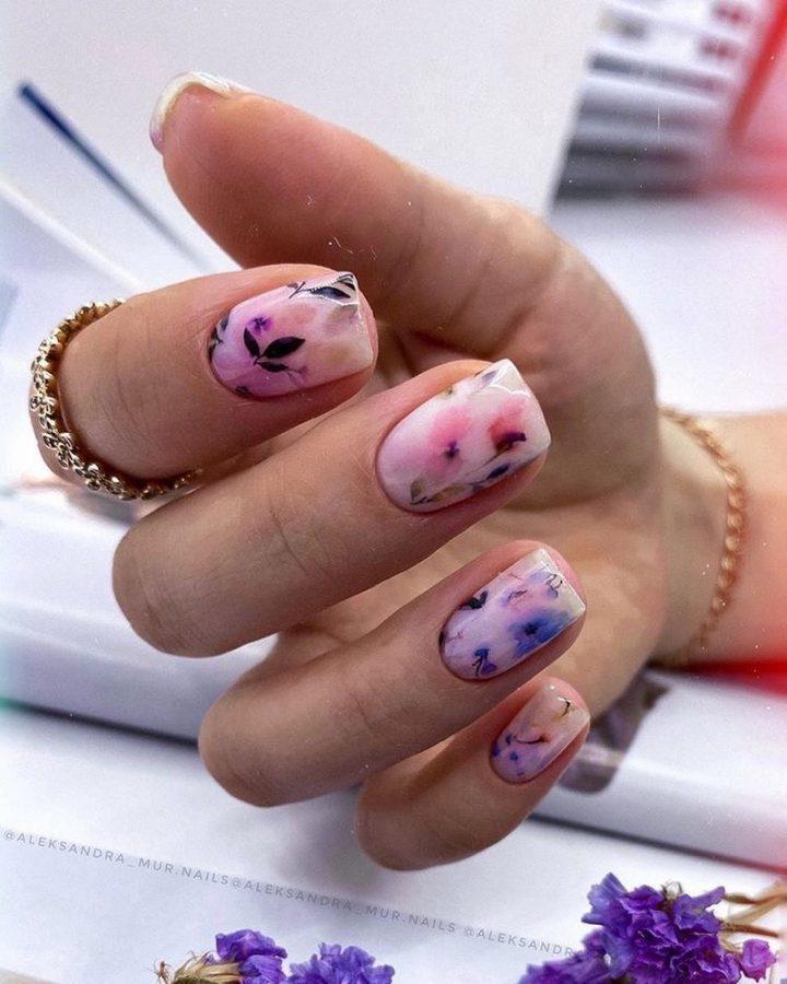 Акварельный маникюр цветы на светлых ногтях.