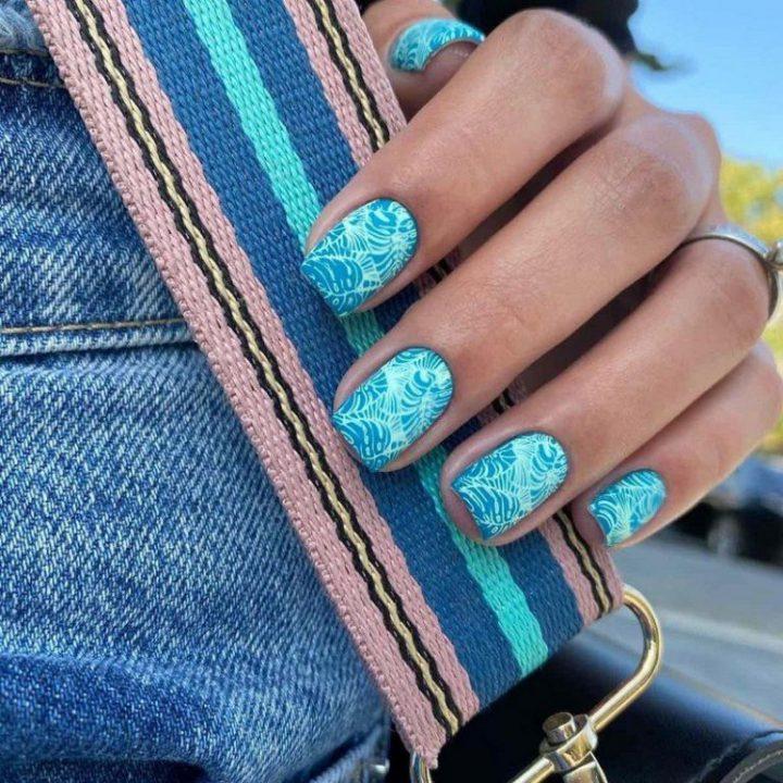 Модный маникюр голубой гель лак, наклейки на ногти тропические листья.