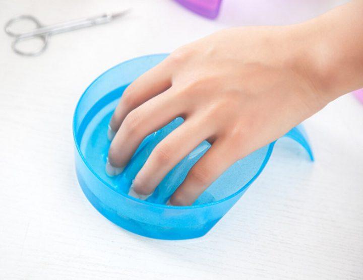 необходимо распарить ногти, поместив их в горячую воду с мылом, на 5 минут